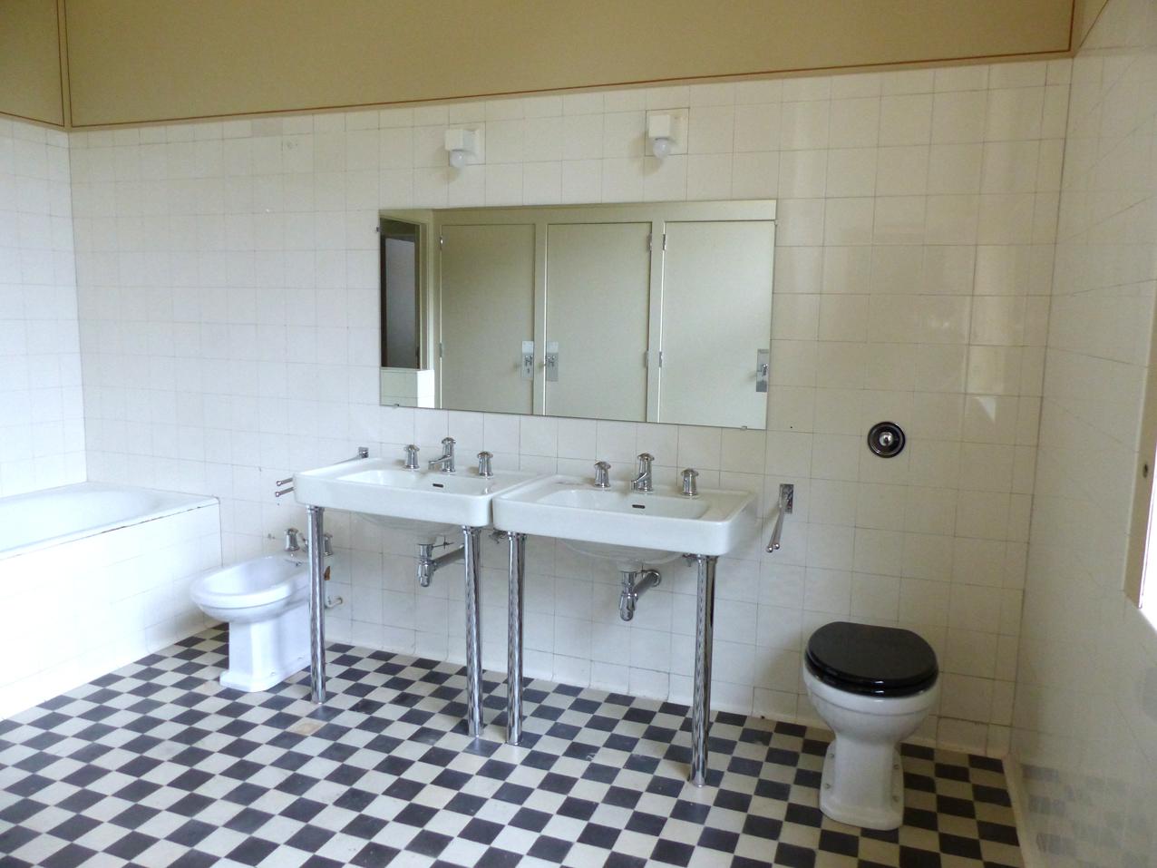 villa-Cavrois-salle-de-bian-noir-et-blanc